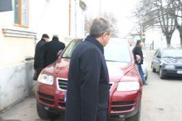 În dreapta e Claudiu Brînzan, chiar înainte de a se urca în maşină