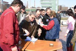 Liderul Tiber, strîngînd semnături de la fraieri