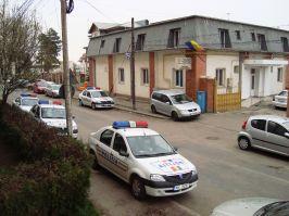 Maşini de poliţie urcate pe trotuar