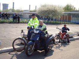 Participanţi la trafic, asistînd liniştiţi la miting