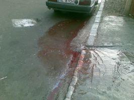 Deşi cineva a spălat trotuarul, la locul incidentului au rămas urme de sînge