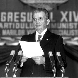 Nicolae Ceauşescu, încercînd să citească