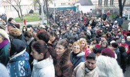 Oameni în toată firea, stînd la coadă la vaccin (foto: libertatea.ro)