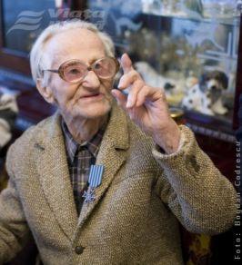 Alexandru Dănilă se cacă pe el că are 100 de ani, de parcă ăsta ar fi motiv de laudă