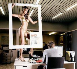 Femeile ţintesc să ajungă cît mai sus. Pe biroul unui bărbat, adică.