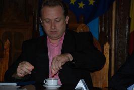 Aurelian Păduraru, îndulcind cafeaua amară de la Prefectură