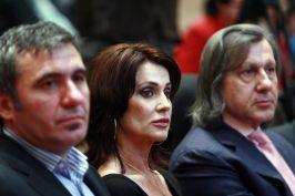 Hagi, Nadia și Ilie Năstase sînt remunerați exemplar pentru a promova imaginea inexistentă a României
