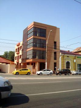 Imobilul se află vizavi de Potcoava de Aur, fix lîngă farmacia Paracelsus