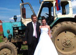 Un tractor, un tractorist și o mireasă de tractorist