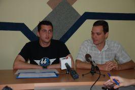 Dorin Coteț - șeful Ligii Studenților (stînga) și Cosmin Nițu - studentul amenințat