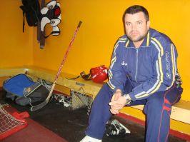 Cristi Munteanu încearcă să îi explice directorului Zburlea că hocheiul pe gheață se practică pe gheață, nu pe asfalt