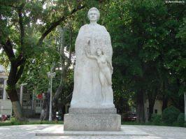 Sculptorul l-a luat rău de tot la mișto pe poetul nepereche cu această statuie