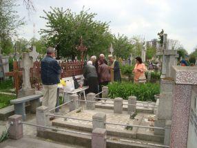 Preot plecat la păcălit fraieri în Cimitirul Eternitatea din Galați