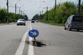 De ce să asfaltezi bine o stradă cînd o poți repara de mai multe ori?