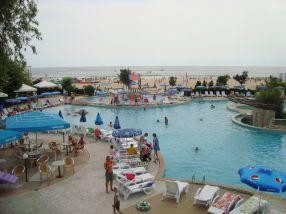 Aici mîncam. Punct. În față, piscina. În depărtare, nisipul de pe plajă și marea. Punct. Concluzia: adio litoral românesc