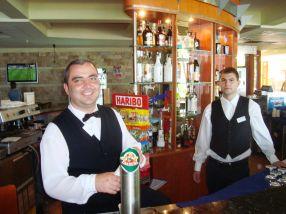 Doi dintre barmanii bulgari care au umplut mii de halbe de bere