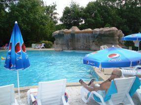 Mulți stăteau ziua la piscină, căci barul era la 15 metri distanță