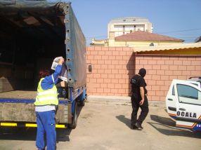 Cîțiva muncitori de la Ecosal au cărat astăzi (joi) bunurile omului de afaceri italian într-o dubiță