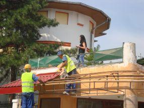 La un moment dat, pe acoperiș a apărut o brunetă, prietenă a patronilor, cel mai probabil