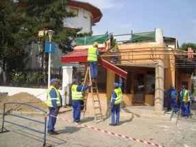 Muncitorii Ecosal au dat jos tabla de pe acoperișul pizzeriei da-Isi