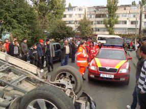 În centrul imaginii, cei doi șoferi. Cel de pe Nissan vorbește la telefon, în timp ce conducătorul auto al dubiței Peugeot face poze cu telefonul