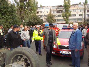Șoferul de pe Nissan Terrano, cu gîtul imobilizat, a primit primul ajutor de la cei de pe echipajul SMURD Galați