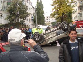 Curioșii s-au adunat la locul accidentului să facă poze