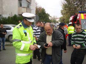 Șoferul vinovat de producerea accidentului predă permisul de conducere polițiștilor de la Rutieră