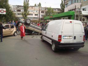 În urma impactului, a fost avariat și un Matiz (stînga), al cărui proprietar tocmai se dusese la magazinul Top să își ia ceva de mîncare