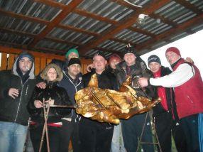 Gașca de țărănoi pozează cu trofeul: porcul făcut la proțap