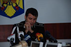 Comisarul Șef Dănuț Lefter, parcă rugîndu-se ca presa să înghită pe nerăsuflate aburelile lui