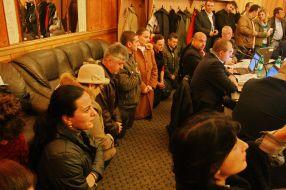 Artiștii s-au pus în genunchi în fața primarului și a consilierilor locali rugîndu-i să îi scape de Melinte