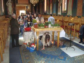 În Vinerea Mare, habotnicii trec pe sub masă cu copii, cu cățel, cu purcel