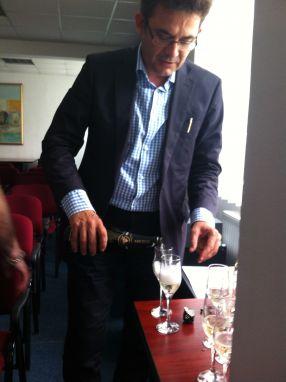 Resmeriță a dat șampanie în ziua în care a fost demis. Ce-i drept, una ieftină