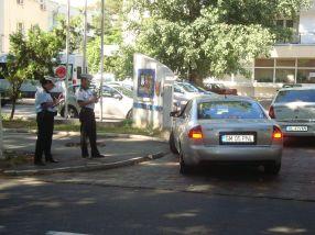 Polițiștii locali din Galați stau la datorie, ascunși după copacii de la Parfumul Teilor