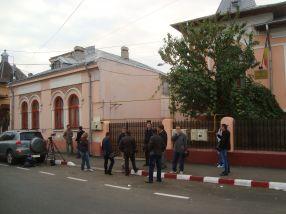 Ziariștii au așteptat astăzi ore în șir, în fața sediului DIICOT Galați, să vadă dacă dr. Valentin Boldea va fi reținut sau nu de către procurori