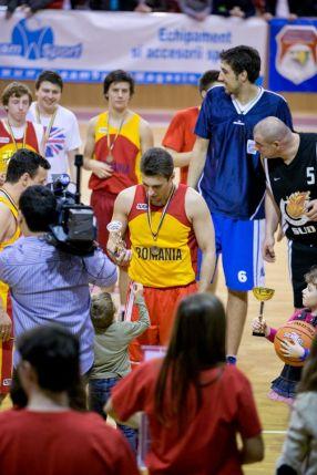 Mircea Badea, cu România pe piept, deși el reprezintă un banal post de televiziune, Antena 3
