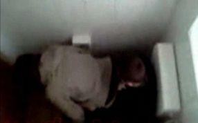 Doi elevi de clasa a IX-a, filmaţi în timp ce întreţineau relaţii sexuale în toaleta liceului
