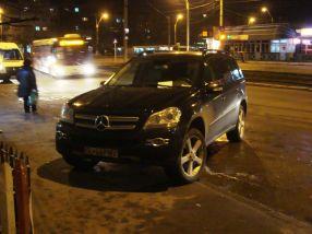 Victor Pavel s-a urcat pe trotuar cu basculanta lui Mercedes