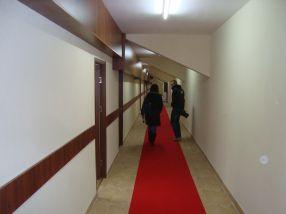 Pe holuri a apărut și covorul roșu a la Premiile Oscar