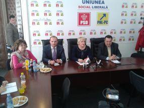 Lucia Varga (în centru) a venit la Galați ca să anunțe că urmează să se întîmple ceva despre care nu poate da amănunte
