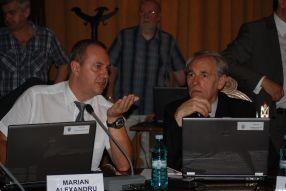 Victor Malinovici (dreapta) și colegul lui Marian Alexandru chiar se fac responsabili de umilirea pensionarilor