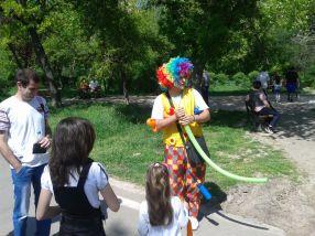 Nenea ăsta care împletea baloane percepea 10 lei pentru a face un fluture. Argumentul: intră 4 baloane, domnu'.