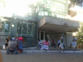În curtea Spitalului de Copii Galați, vreo 10 țigani vociferau zgomotos în așteptarea veștilor despre puradelul răcit