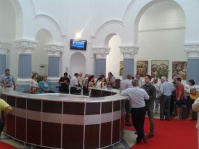Holul de la intrarea în Baia Comunală este prevăzut cu covor roșu