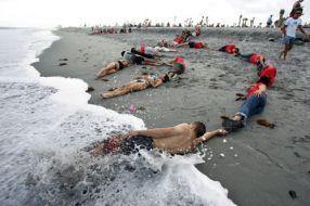 Voluntari Greenpeace protestînd ca proștii