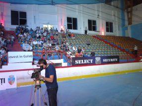 Scaune goale cît cuprinde, la patinoar, cu ocazia marelui meci dintre Ciocan și Larsen