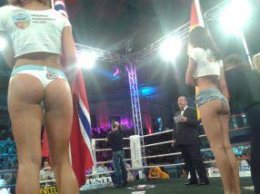 Ciocan l-a făcut KO pe Larsen, iar gagicile i-au rupt în două pe spectatori