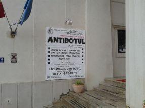 Și pe afiș să scrie mare Antidotul, da?