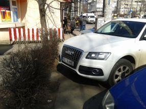 Cu Audi Q7 călare pe tot trotuarul